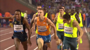 A 3 way lean at the end of the 1000m