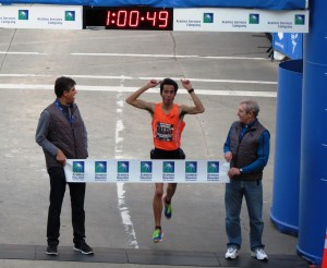 PHOTO: Diego Estrada wins the 2015 USA Half-Marathon Championships in Houston in 1:00:51 in his debut at the distance (photo by David Monti for Race Results Weekly)