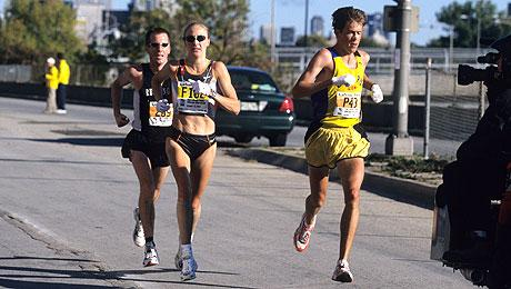 Paula Radcliffe, with LetsRun.com 's Weldon Johnson, en route to marathon WR #1 of 2:17:18 in Chicago in 2002