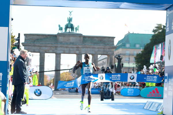 Eliud Kichoge Wins 2015 BMW Berlin Marathon (With His Insoles Falling Out)
