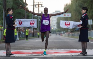 Filex Kiprotich winning the 2015 Honolulu Marathon in 2:11:43 (photo courtesy of the Honolulu Marathon Association)