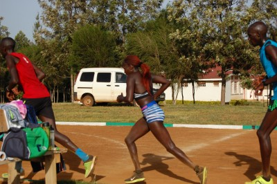 Kiplagat starting her rep in between her two male pacers