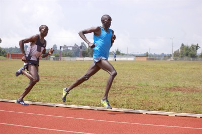 Kwemoi (blue singlet) in full flight