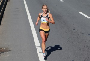 Emily Sisson on her way to victory at the 2016 Tufts Health Plan 10-K for Women (photo by Chris Lotsbom for Race Results Weekly)