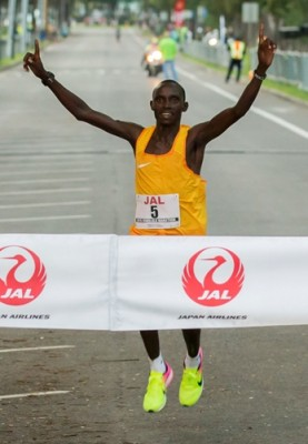 Lawrence Cherono winning the 2016 Honolulu Marathon in a course record 2:09:39. Photo By Eugene Tanner/Honolulu Marathon