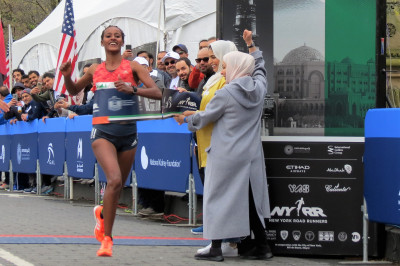 Buze Diriba of Ethiopia wins the 2018 UAE Healthy Kidney 10-K, running 32:04 (photo by Jane Monti for Race Results Weekly)