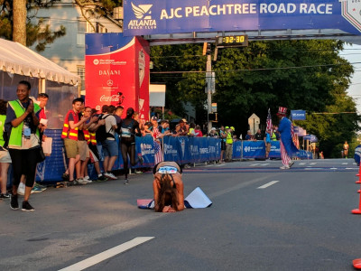 Stephanie Bruce in disbelief after wining her first USA 10-K road running title at the 2018 AJC Peachtree Road Race (photo by Warren Travers; used with permission)
