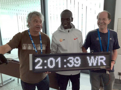 Sean Hartnett (l) and Helmut Winter with Eliud Kipchoge
