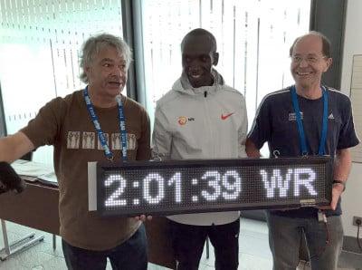 Sean Hartnett (l) and Helmut Winter with Eliud Kipchoge