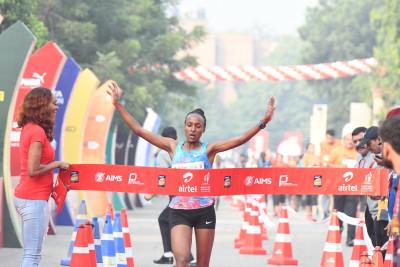 Ethiopia's Tsehay Gemechu winning the Airtel Delhi Half Marathon 2018, with ADHM ambassador Sanya Richards-Ross